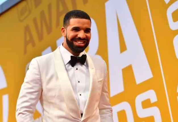 Photos Of Drake & Nigerian Reporter At NBA Awards That Got People