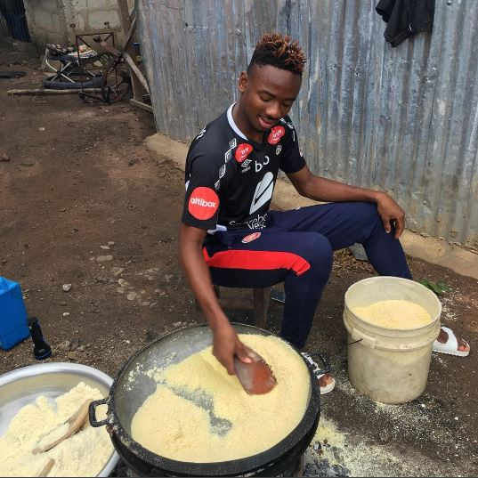 Arsenal FC Footballer, Kelechi Nwakali Spotted Frying Garri (Photo)