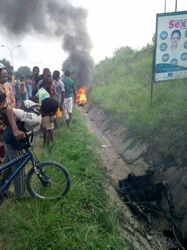 Suspected Robbers Burnt To Death By An Irate Mob In Uyo (Graphic Photos)