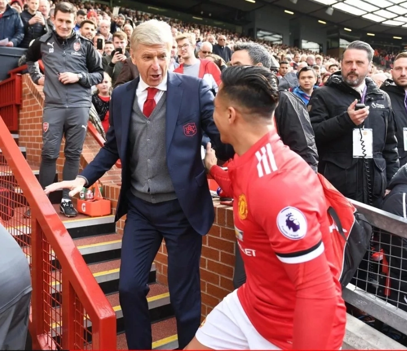 Alexis Sanchez Gives Arsenal boss Arsene Wenger a Surprise Gift After Their EPL clash at Old Trafford (Photos)