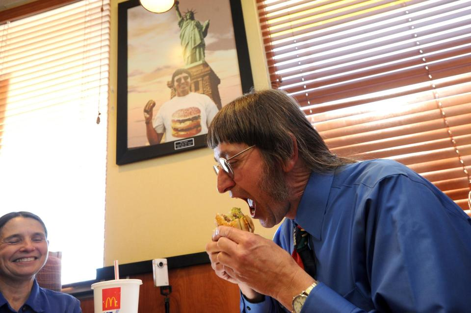 64-Year-Old Man Sets New World Record, Eats 30,000th Big Hamburgers (Photos)