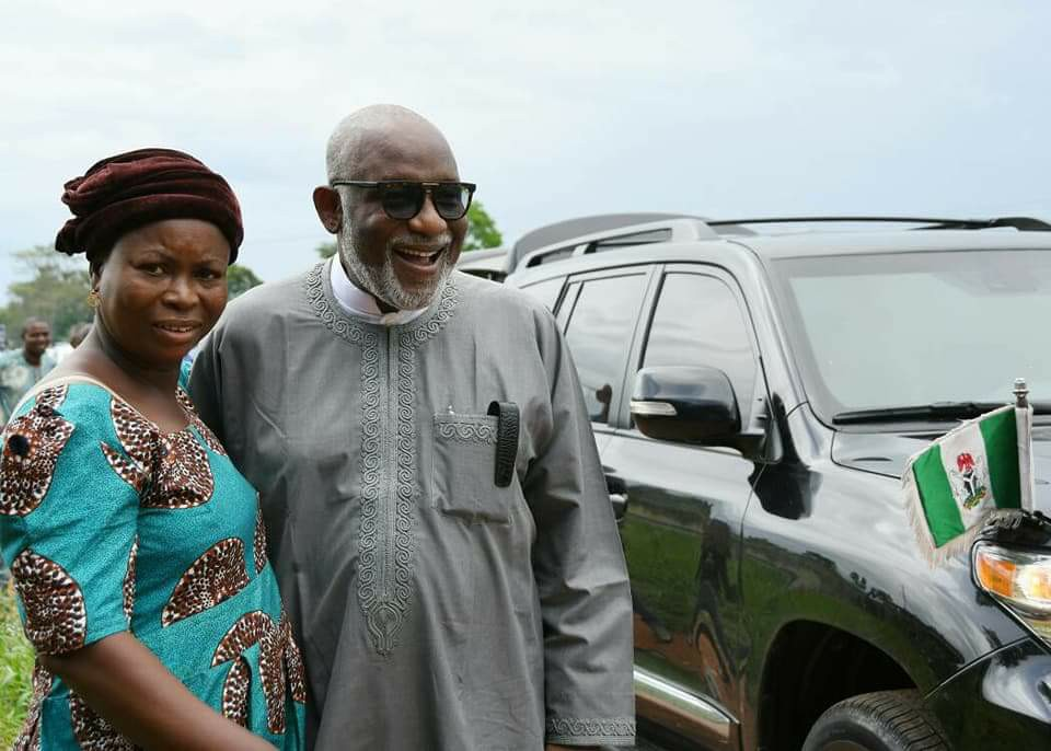 Snail Seller Meets Her Longtime Customer Who Is Now A State Governor (Photos)