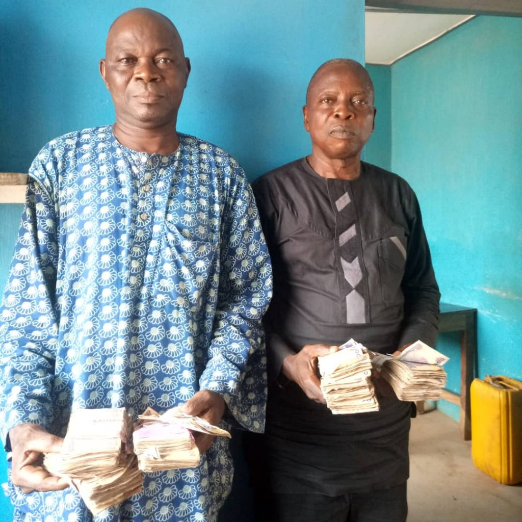 #Osun Decides: 2 Elderly Men Caught with N600k They Used to Bribe Votes (Photos)