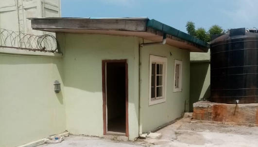 Nigerians drag Real Estate Agent as he displays House for 450,000 rent?